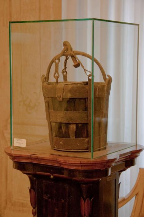 Копия ведра в колокольне Моденского собора. /Фото:Alien life form